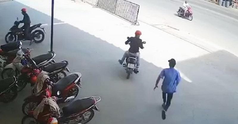 Bảo vệ bất lực chạy theo khi bị băng nhóm dàn cảnh trộm đi 2 chiếc xe máy