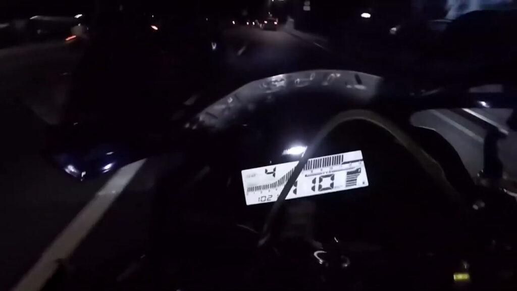 Toát mồ hôi với dân chơi nài Yamaha R15 bạo lực trên phố đông xe